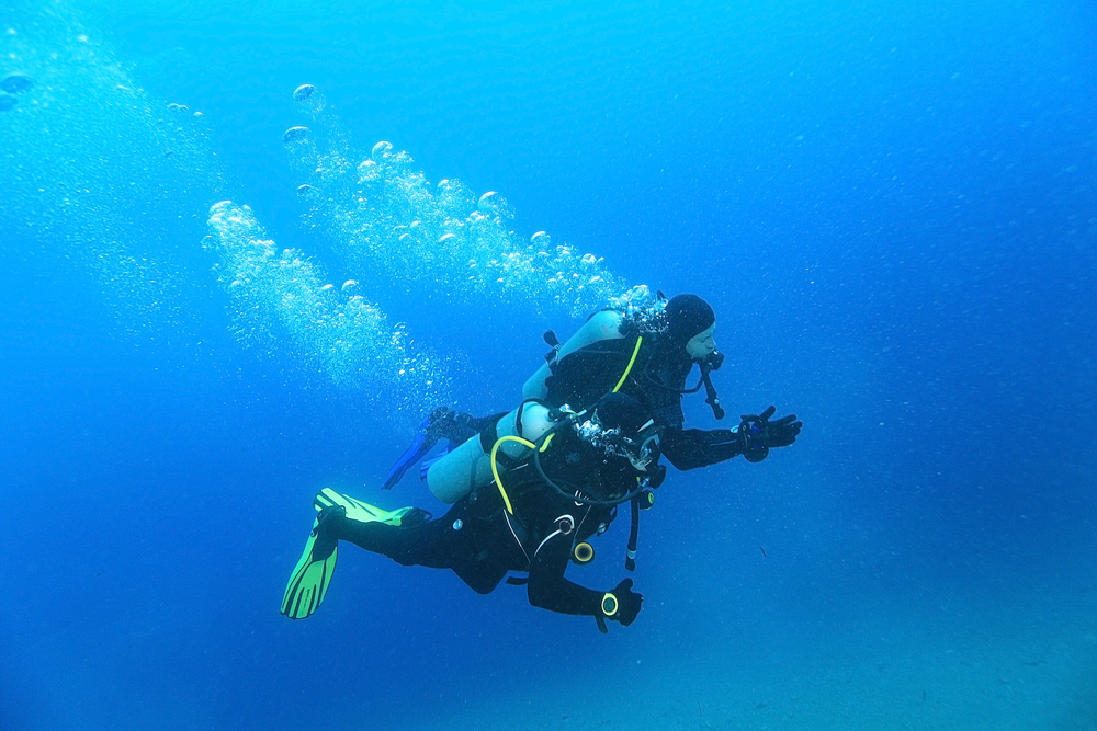 Lightweight oxygen cylinders for SCUBA divers